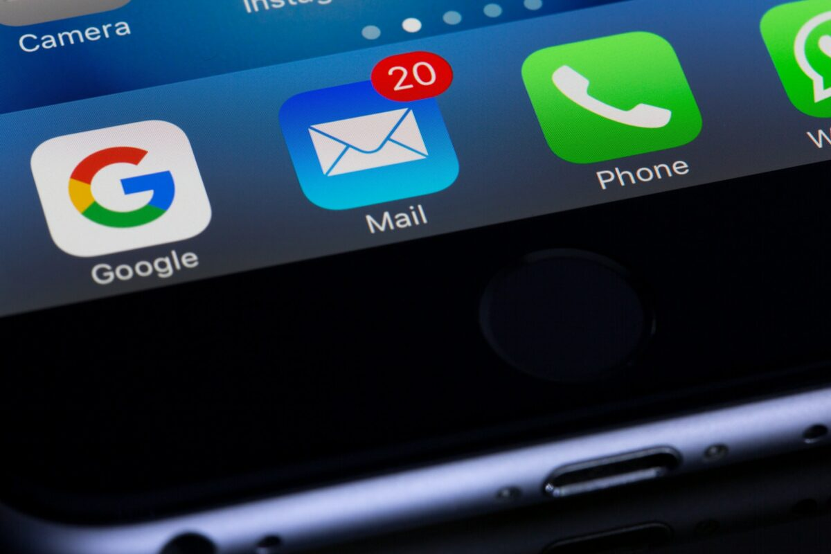 Email iphone app showing 20 new messages